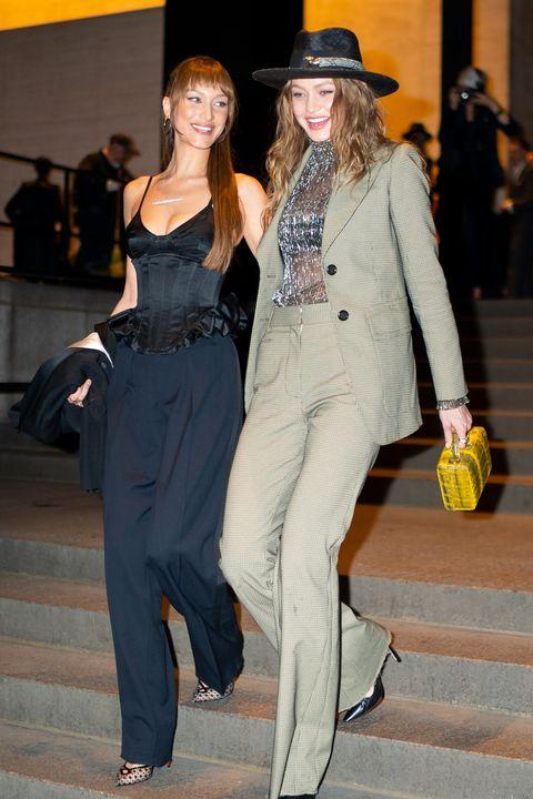 Bella dan Gigi Hadid tampil keren saat datang ke pernikahan Marc Jacobs (dok. Elle)