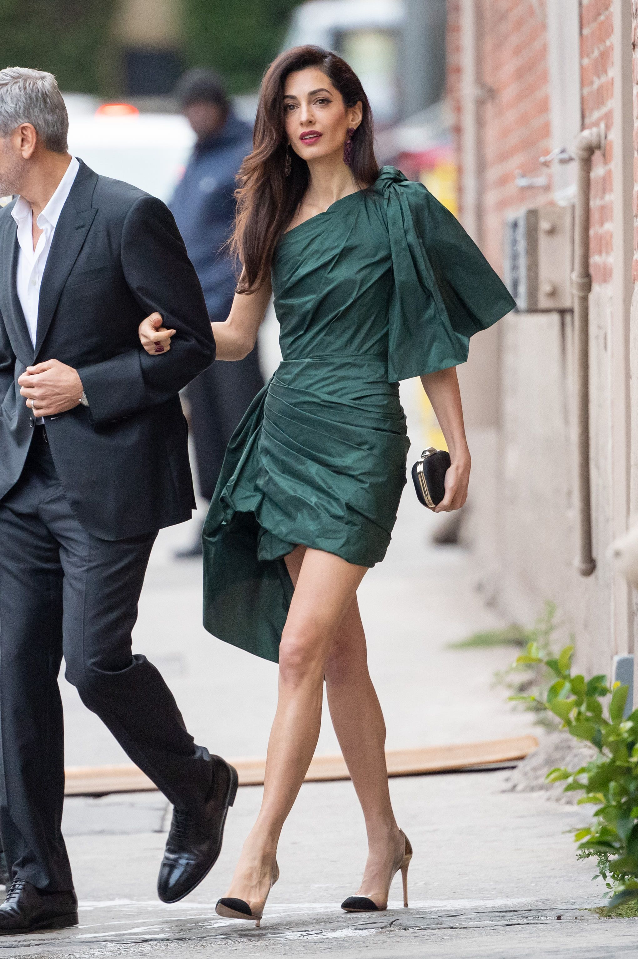 May 07, 2019 The star accompanied husband George to his new Hulu series Catch-22 at the TCL Chinese Theatre in Hollywood. For the red carpet moment, Amal wore an Oscar de la Renta one-shoulder green dress, which had a strong shoulder and reminded us of these Met Gala looks .
