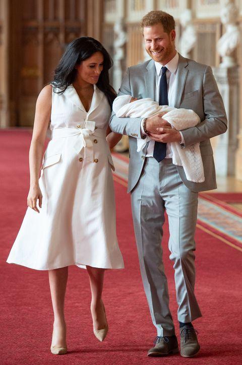 哈利王子當爸了超開心,穿上「我是爸比」衣服到處跑!這位英國皇室的新手爸爸真的太可愛!