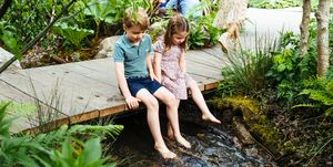 kate middleton chelsea flower show garden prince george princess charlotte barefoot