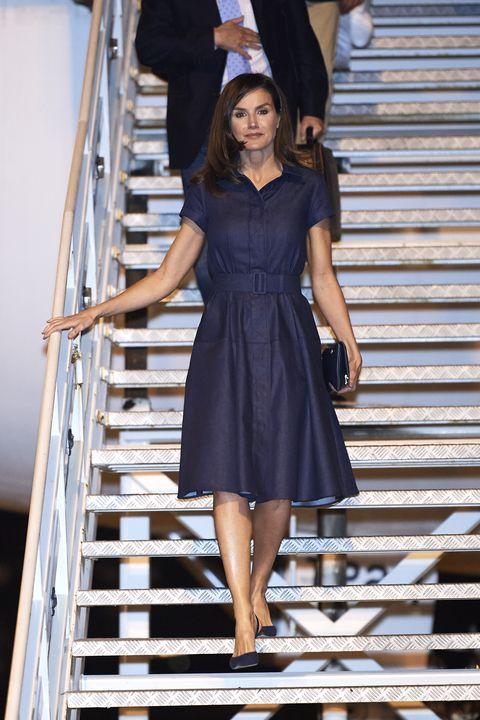 2a08f2e23 Doña Letizia estrena un vestido  denim  de Carolina Herrera casi ...