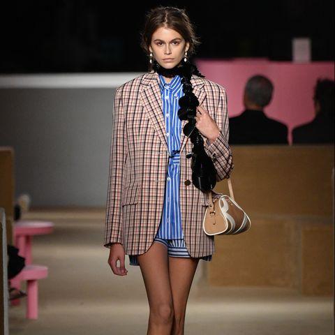 Fashion model, Fashion show, Fashion, Runway, Clothing, Footwear, Fashion design, Public event, Street fashion, Outerwear,