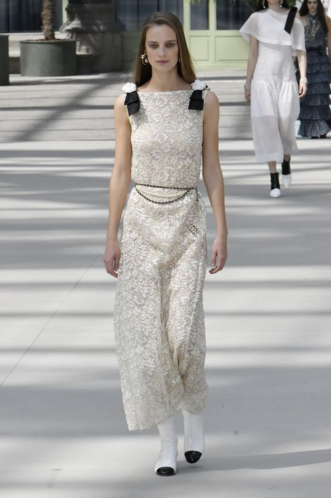 Fashion model, Fashion, White, Clothing, Fashion show, Haute couture, Dress, Shoulder, Runway, Waist,