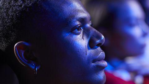man kijkt een film en moet huilen