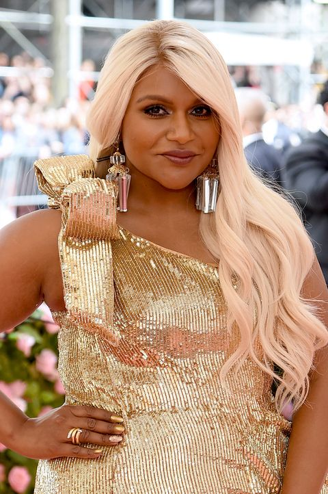Mindy Kaling S Hair Is Cotton Candy Blonde For The 2019 Met Gala