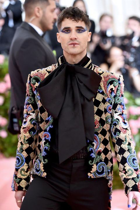 Darren Criss Met Gala 2019 Camp Outfit Darren Criss Wore A Harlequin Jacket And Dramatic Makeup To The Met Gala