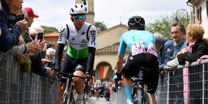 Ryan Gibbons fluitend voor de start van Strava d'Italia