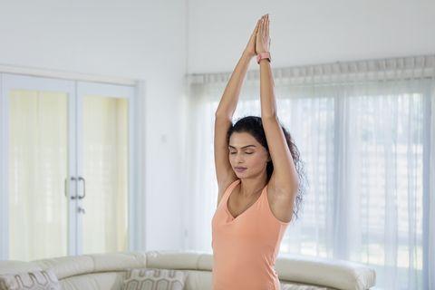 mujer haciendo yoga para brazos