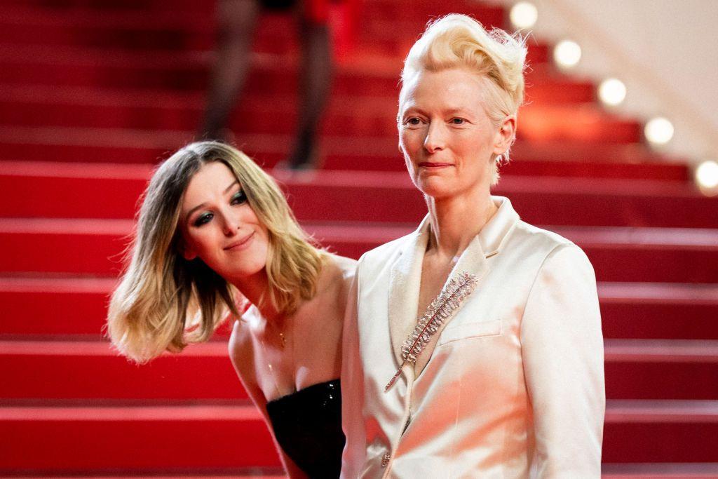 Tilda Swinton in versione mamma, e la co-protagonista diventa la figlia Honor