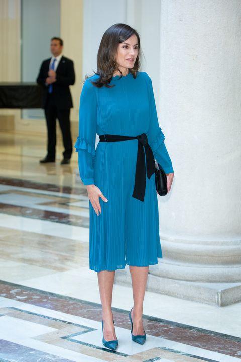 958ef3a3e5 Doña Letizia recupera su mejor versión vestida de azul noche - Doña ...