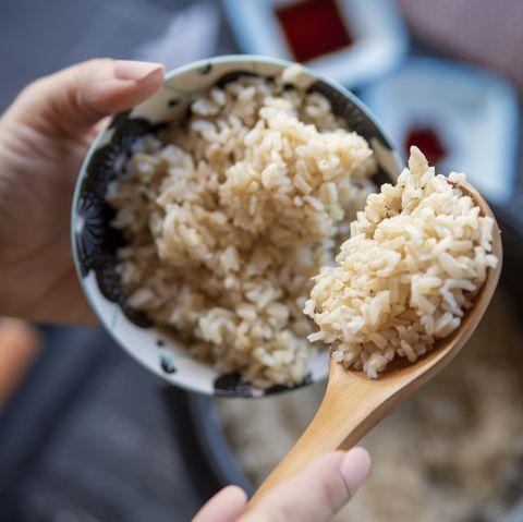 prendere il riso cotto al vapore dalla pentola