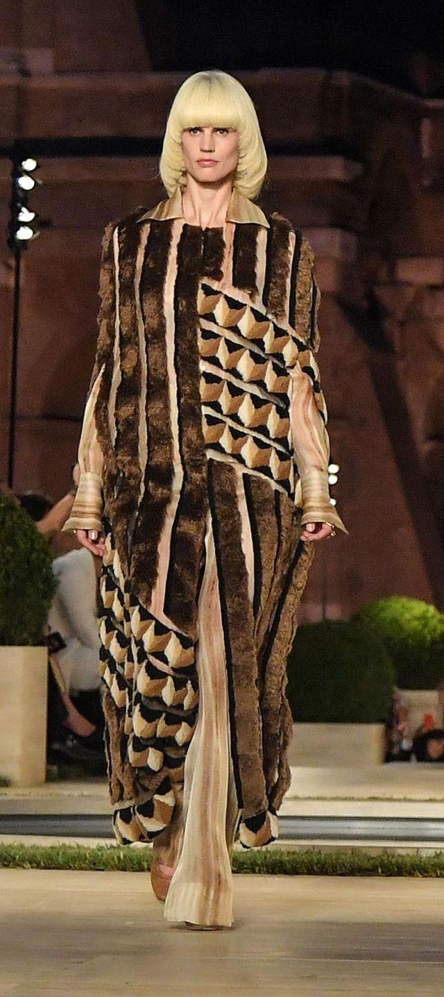 Fashion model, Fashion, Fashion show, Runway, Clothing, Haute couture, Fashion design, Fur, Outerwear, Street fashion,