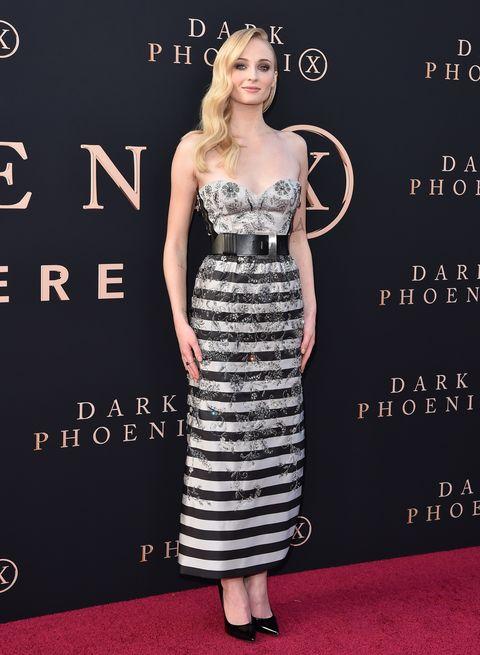 《X戰警:黑鳳凰》首映會上的「三大女神」紅毯Look比拼!你喜歡蘇菲特納的性感LV裙、珍妮佛勞倫斯的Dior長裙還是⋯⋯