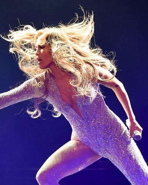 Performance, Performing arts, Singer, Sky, Leg, Music artist, Stage, Singing, Dancer, Event,