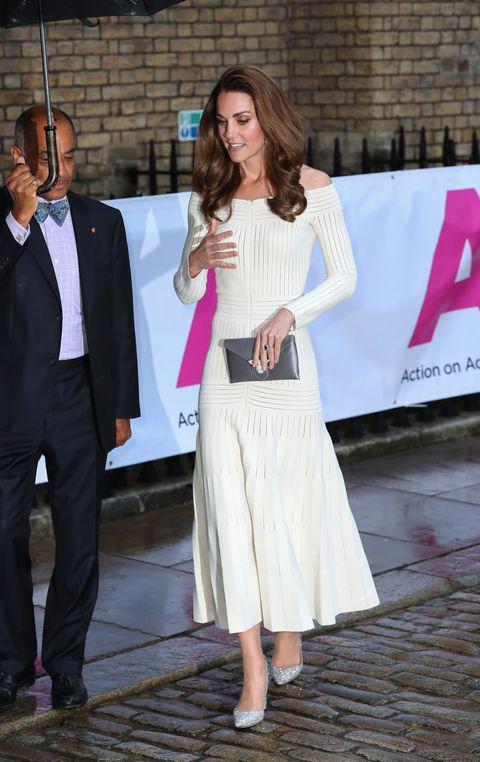 全球熱搜凱特王妃的這件洋裝和閃亮亮高跟鞋,因為真的太美了!英國皇室都在穿的同款設計都幫你找出來囉
