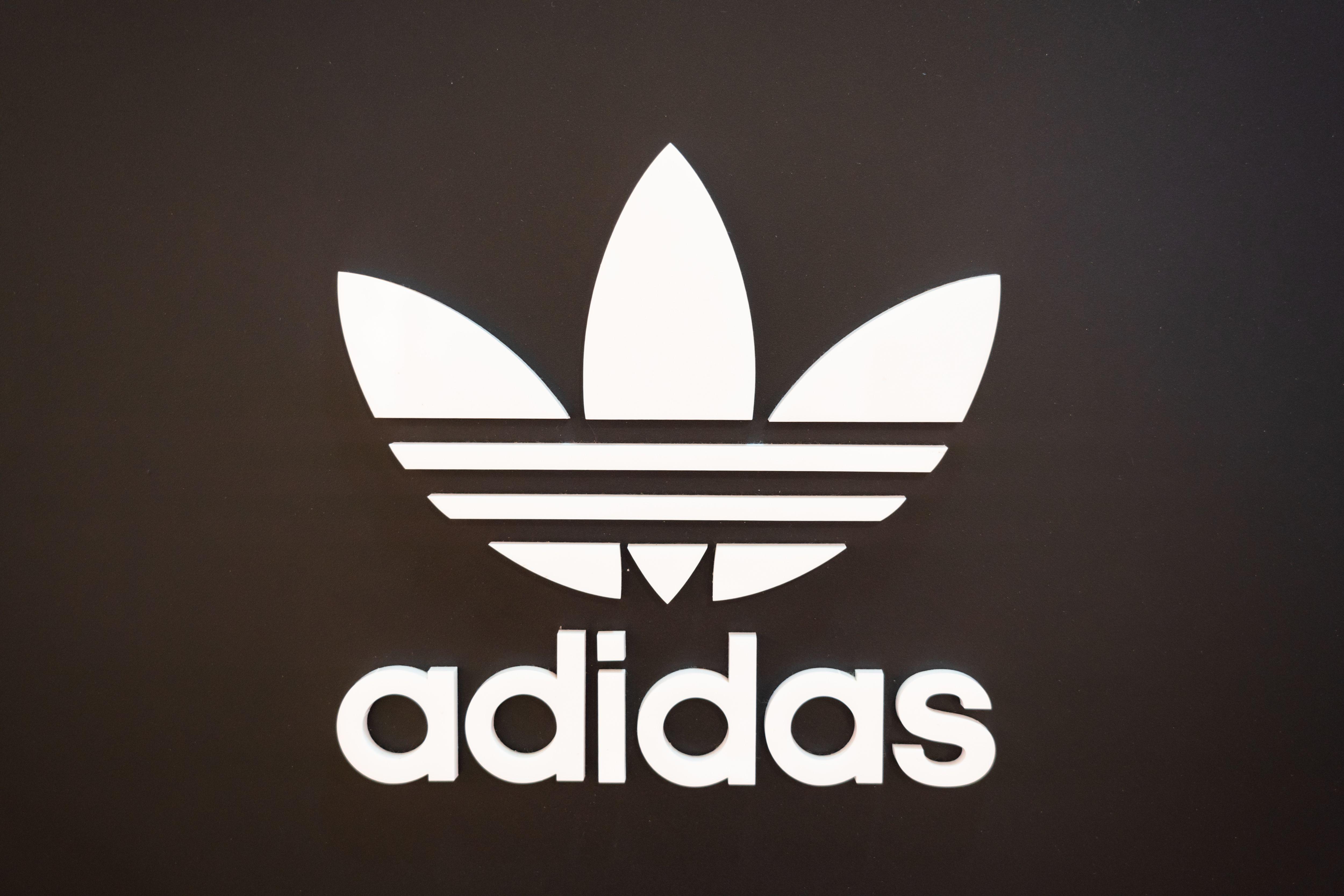 Com'è nato il logo Adidas e il suo monopolio sulle strisce
