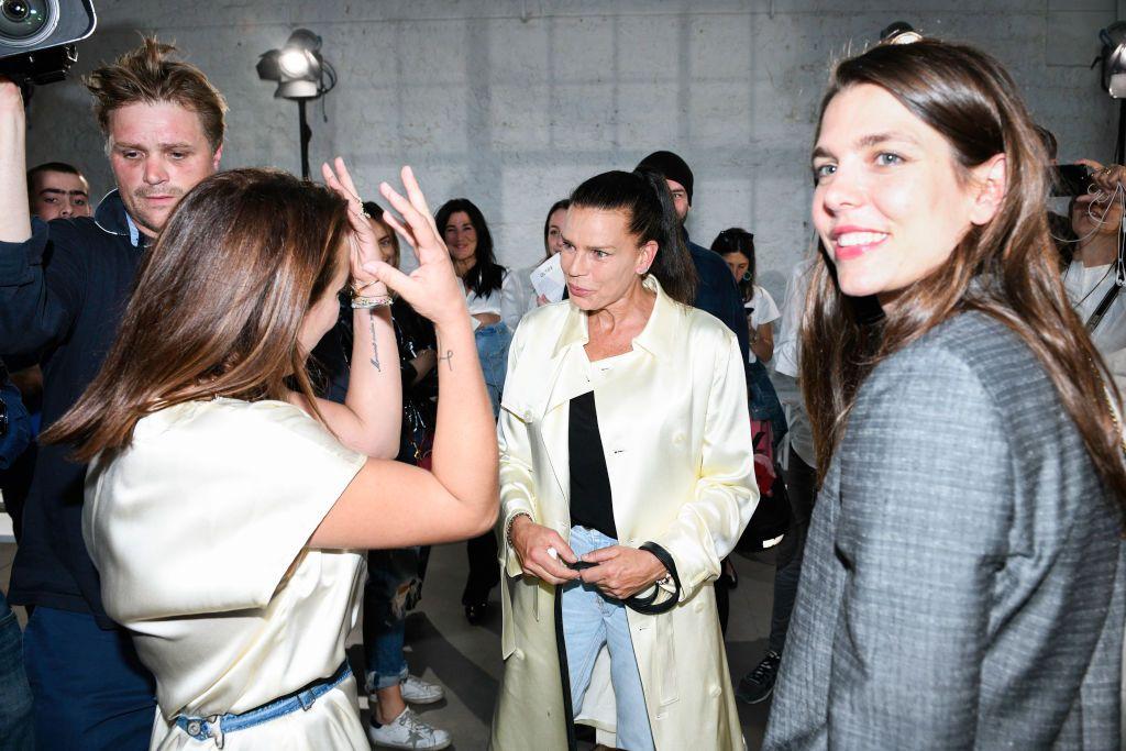 T-shirt bianca e jeans sdruciti Charlotte Casiraghi al debutto della cugina Pauline Ducruet