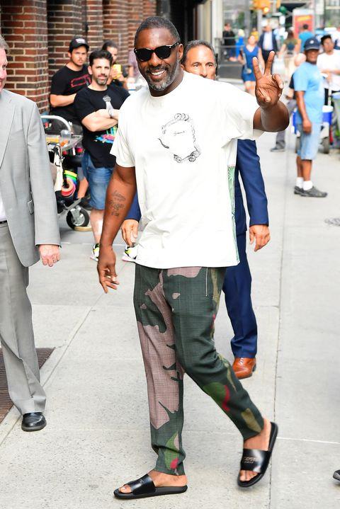 Idris Elba en chanclas