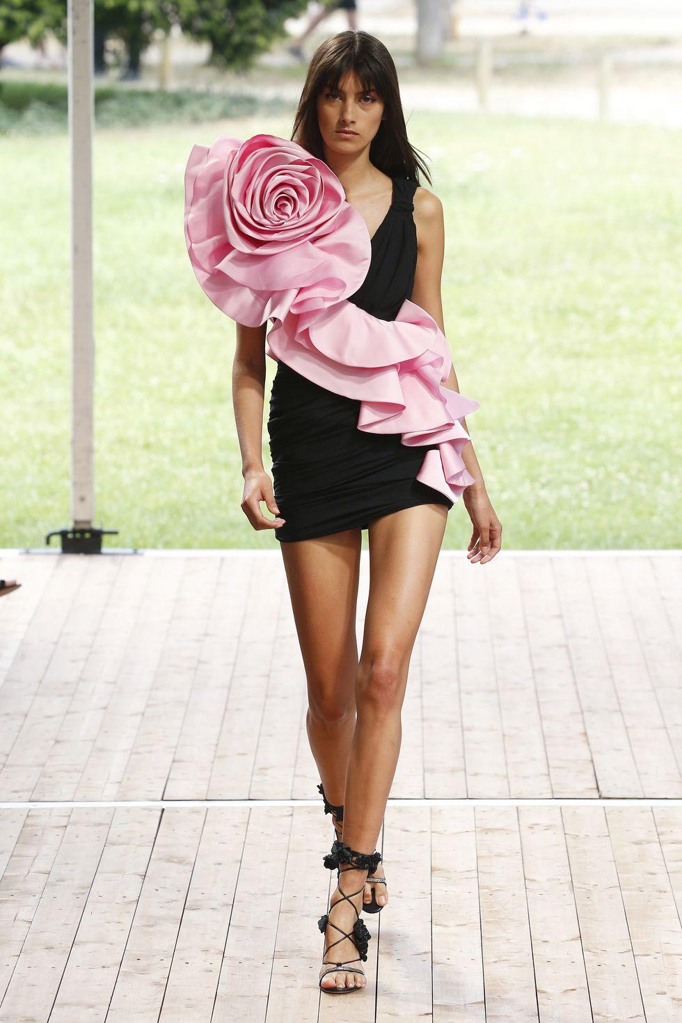 Gaun hitam dengan balutan bunga mawar berwana pink menjadi salah satu desain yang dibawakan oleh Redemption.