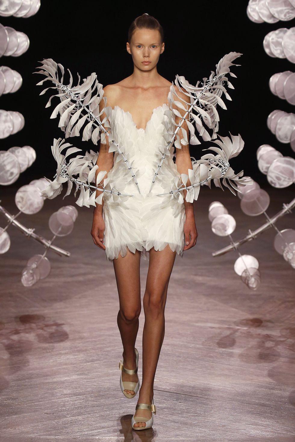 Dengan warna silver dan putih dengan bentuk yang unik memberikan kesan elegan dan canggih.