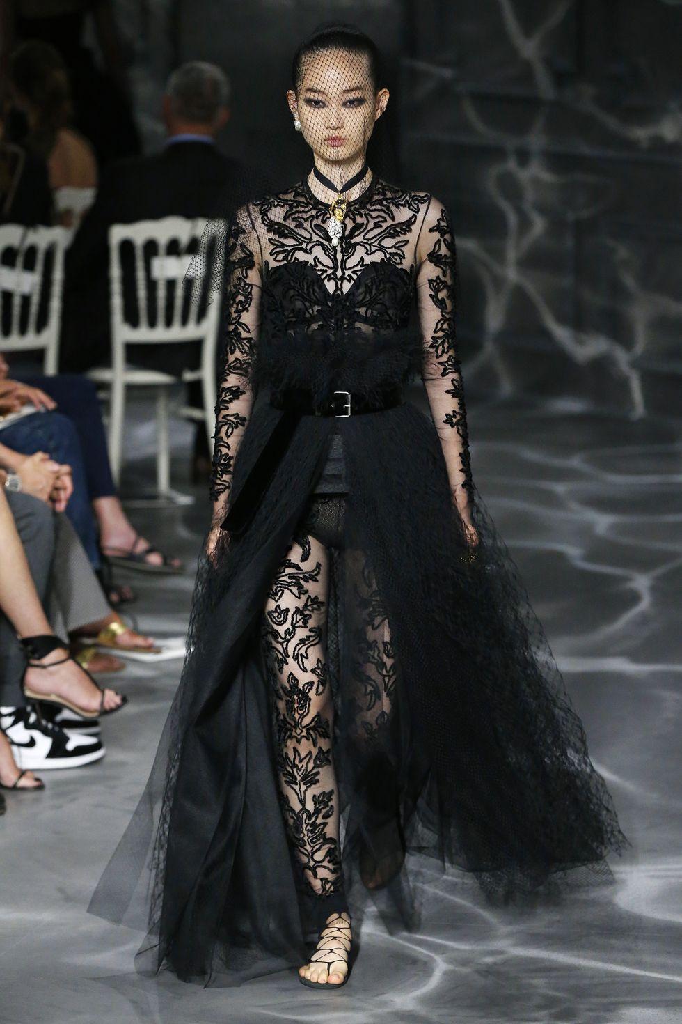 Selain itu, gaun hitam dengan balutan bulu indah menjadi ciri khas dari desain Christian Dior.
