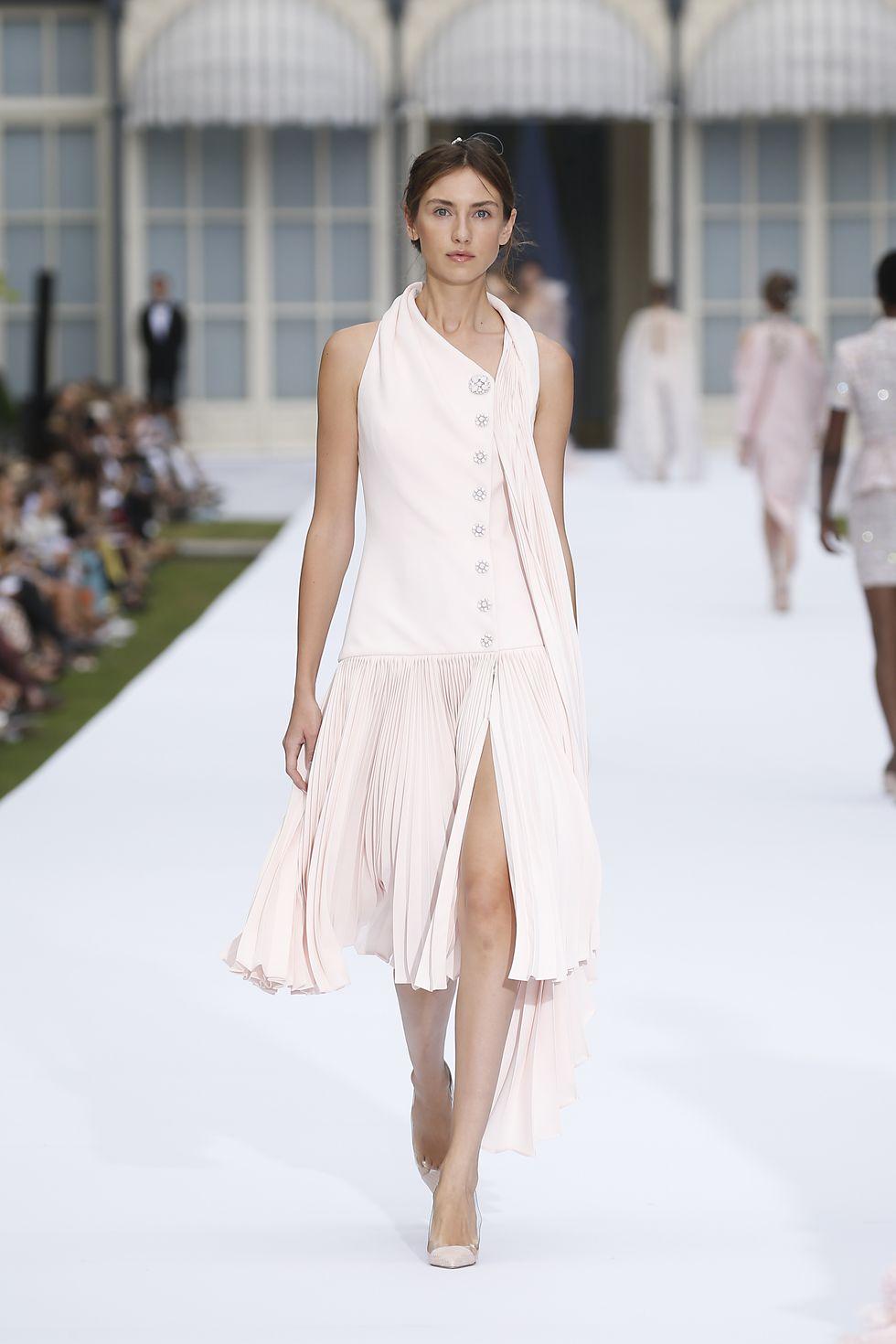 desain pakaian yang bernuansakan bunga dengan berbagai macam gaya,