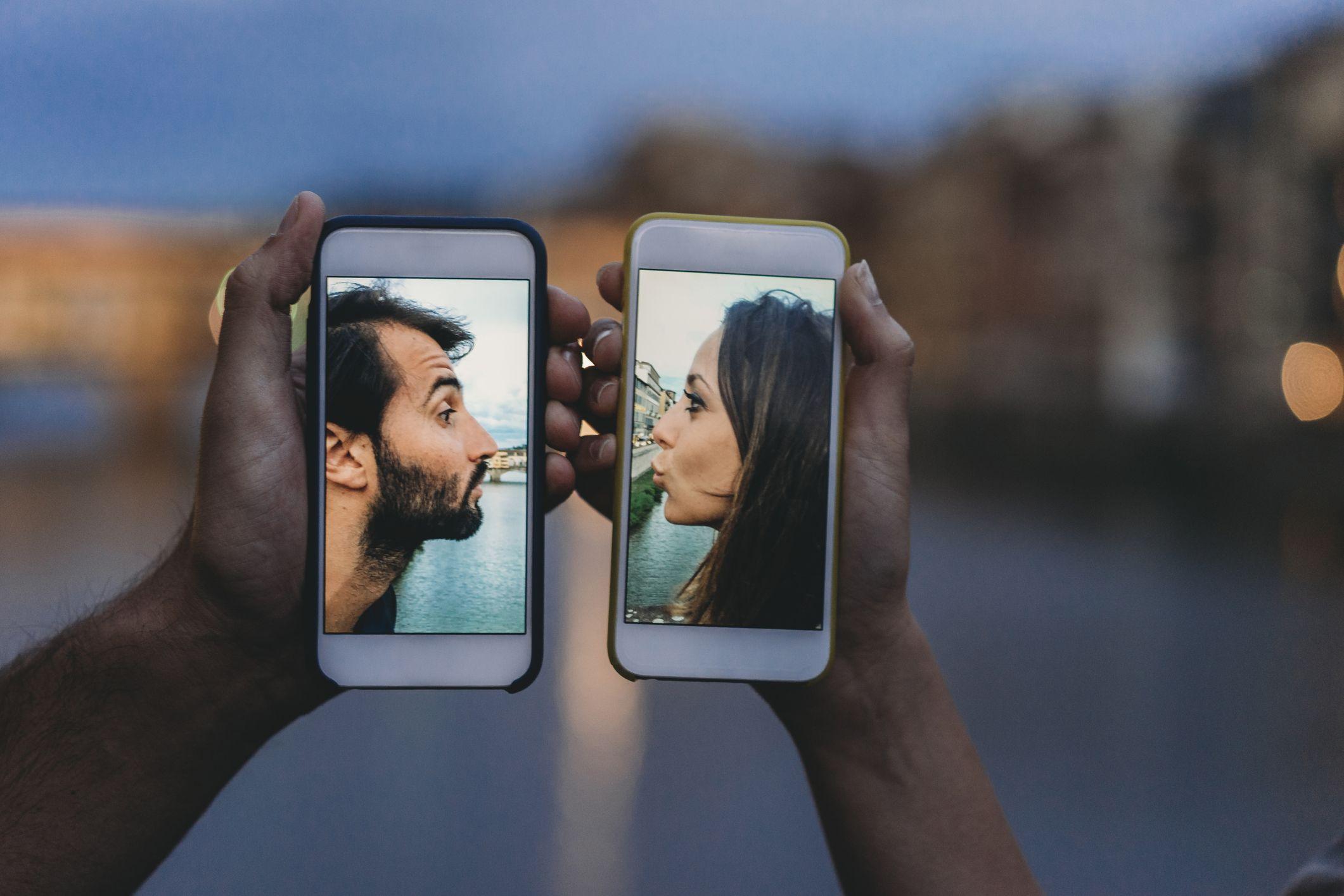 Le 21 domande di coppia da farvi in chat per essere più intimi (anche in una relazione a distanza)