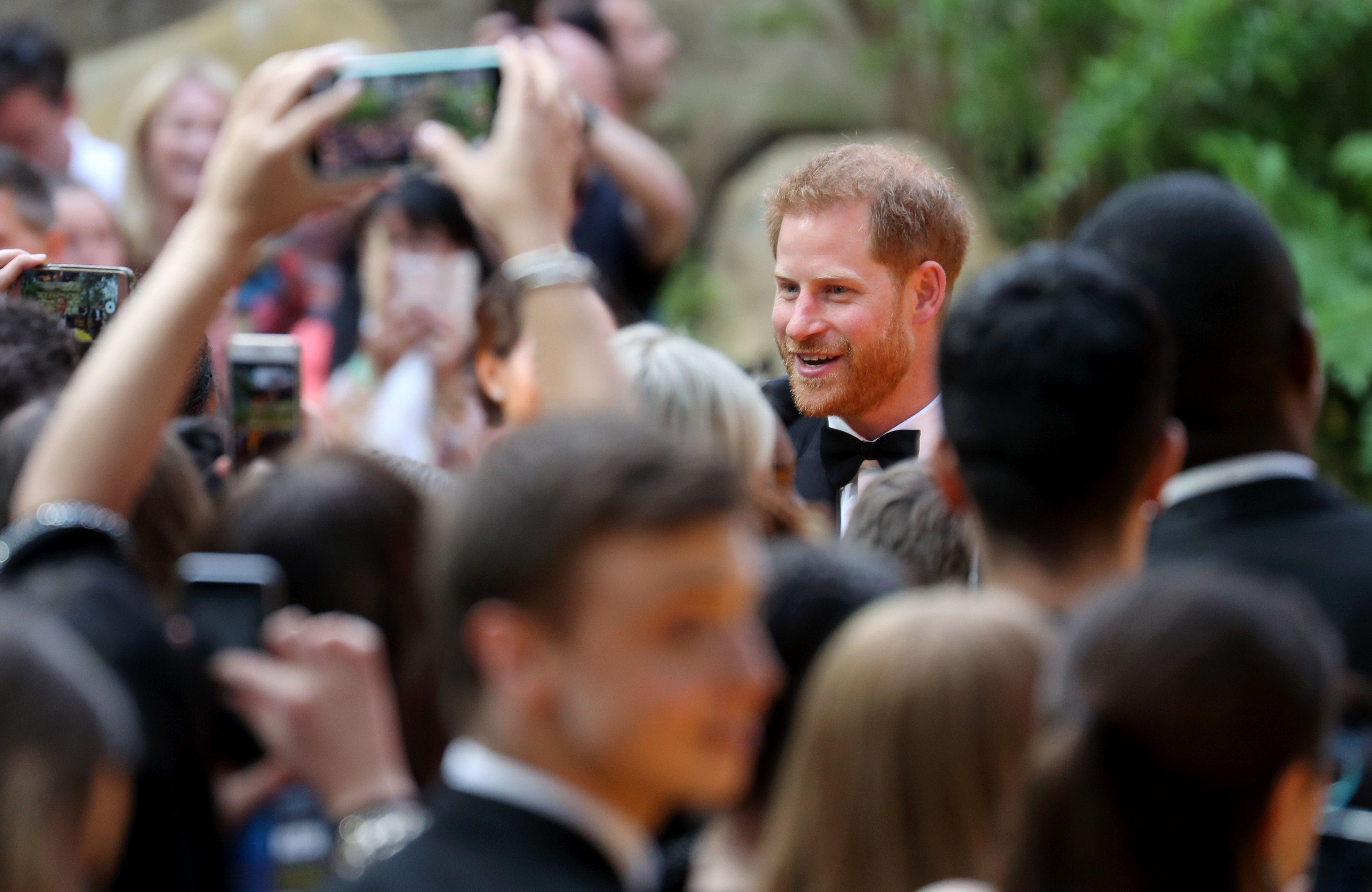 Nelle foto di compleanno del principe Harry c'è un errore (voluto?)