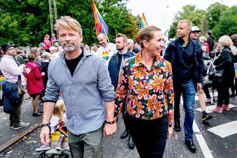Il Primo Ministro danese Matteo Friedrichsen e il suo partner Bo Dengberg partecipano alla Copenhagen Pride Parade in Danimarca, Copenaghen il 17 agosto 2019 Foto