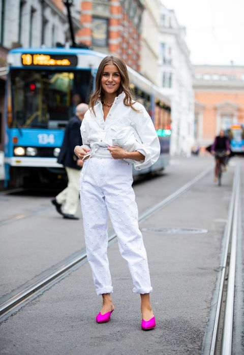 como combinar pantalones blancos mules fucsia