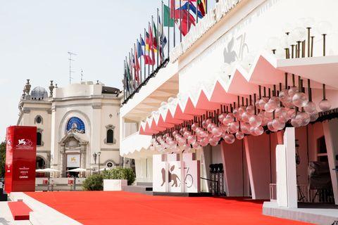 la entrada del palazzo del cinema donde se celebra el festival internacional de cine de venecia