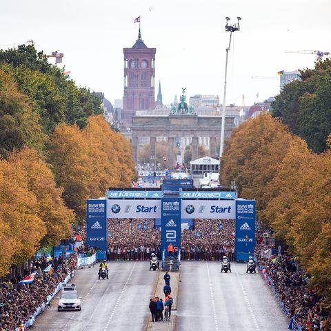 29 september 2019, berlin the runners of the first wave are waiting on the straße des 17 juni for the start of the bmw berlin marathon photo soeren stachedpa zentralbilddpa photo by soeren stachepicture alliance via getty images