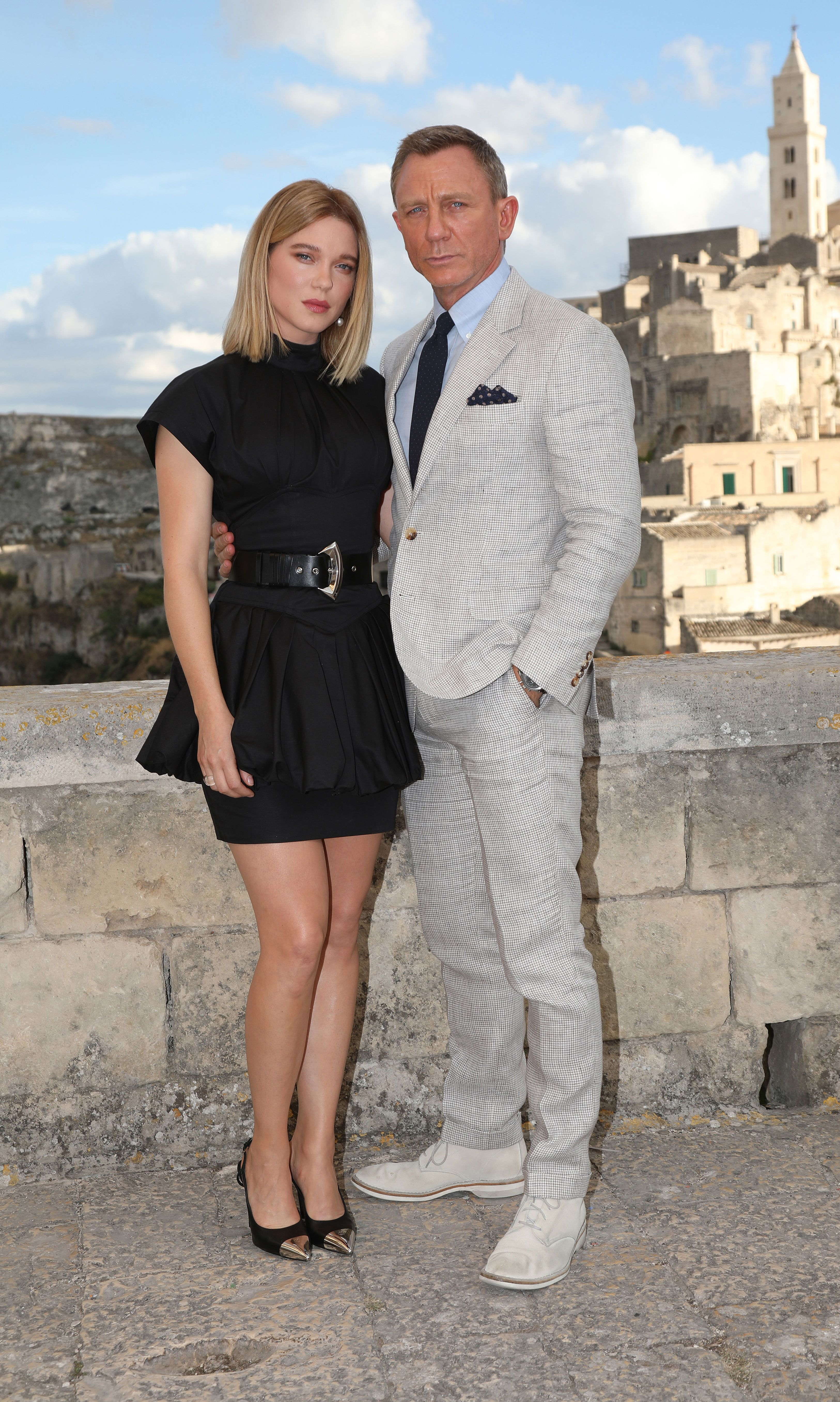 Daniel Craig Shows Off How to Wear Linen Dangerously Late in the Season