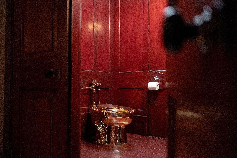 Hanno rubato il wc d'oro di Maurizio Cattelan: provocazione o realtà alla Lupin?