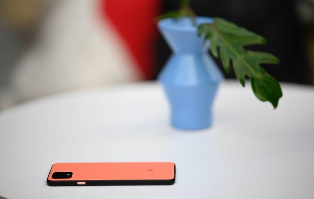 Il nuovo terzo incomodo a letto è diventato il wireless charger che carica senza fili (emotivi)?