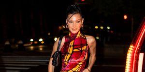 bella hadid red velvet jurk new york city