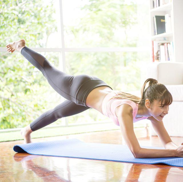 chica practicando ejercicio en casa