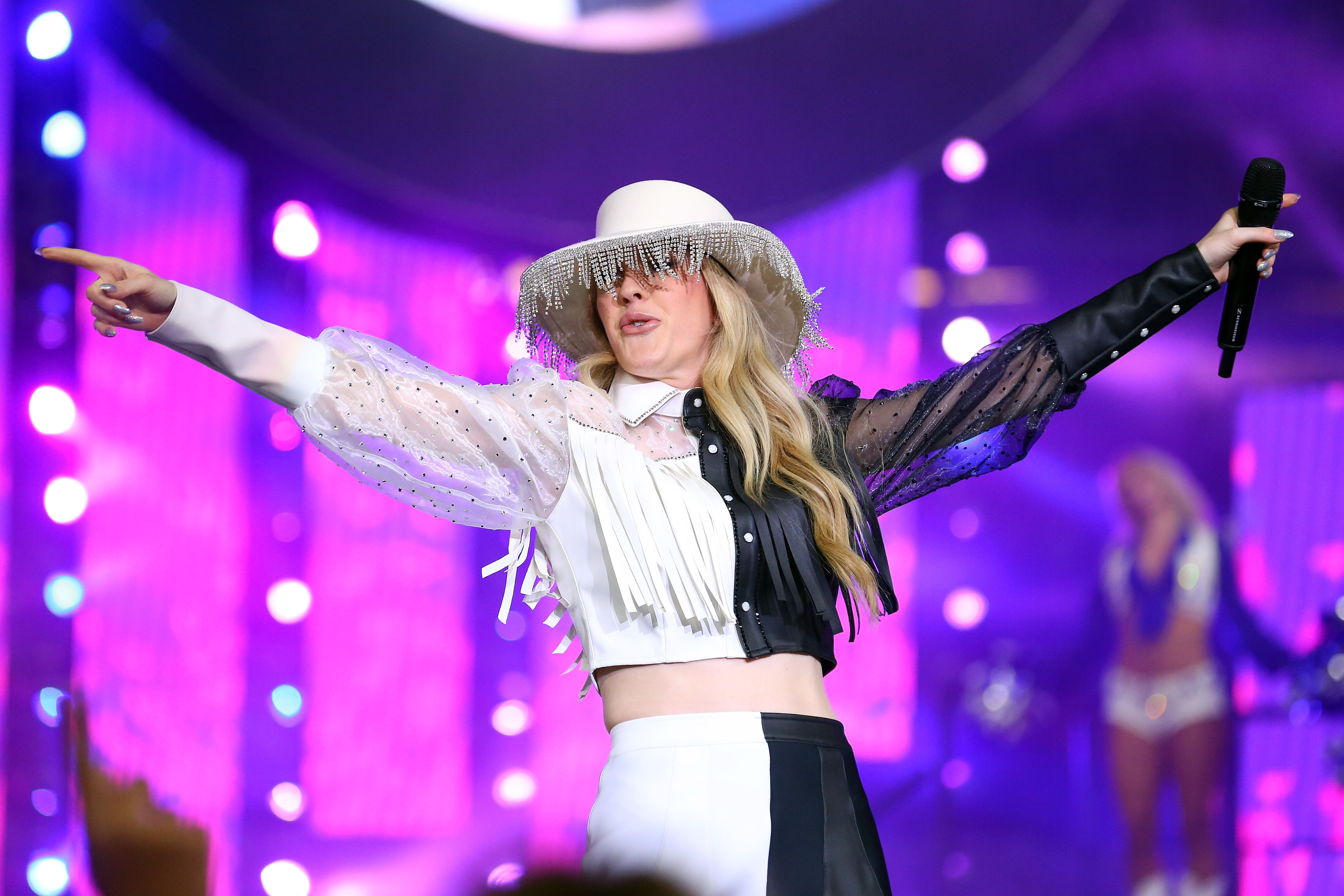 Cowboys Halftime Show Thanksgiving 2020.Ellie Goulding S Lampshade Hat Best Tweets And Memes