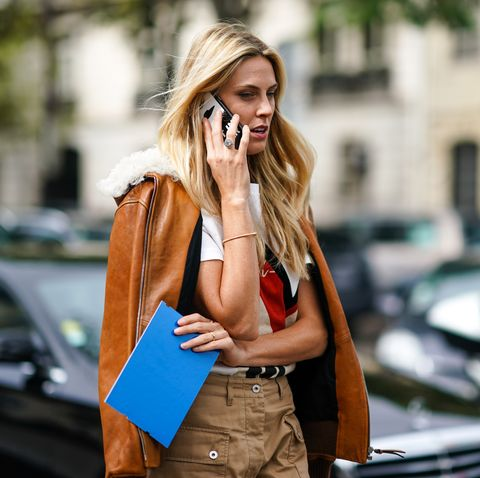 Fashionista hablando por teléfono en  Paris Fashion Week