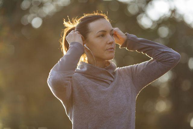 hardlopen vrouw zon muziek bos ochtend