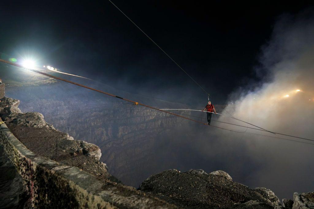 Il video incredibile dell'equilibrista che attraversa su una fune il cratere di un vulcano