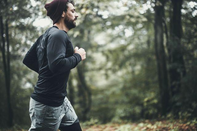 man is bezig met cooling down in het bos