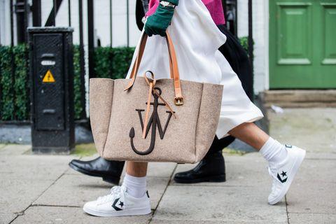 倫敦時裝週街拍 jw anderson 包包搭配converse白球鞋
