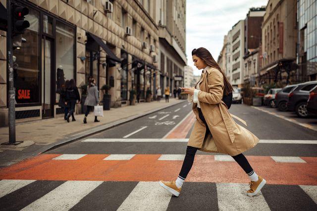 mujer paseando por la calle