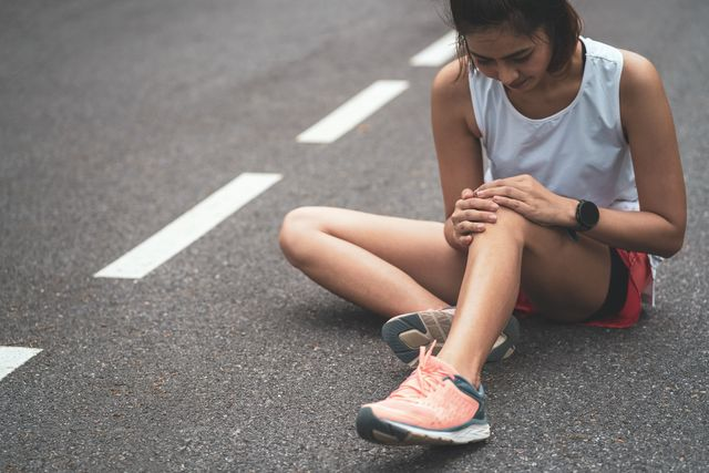 knee pain sport injury, women has knee pain during outdoor exercise sports running knee injury in women runner
