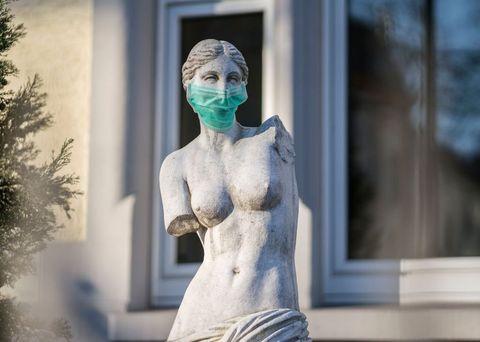 una estatua con una mascarilla puesta durante el confinamiento por el coronavirus