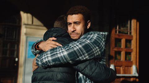 twee mannen geven elkaar een knuffel