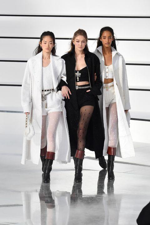 Modellen op de catwalk van Chanel in Parijs, waaronder Gigi Hadid.