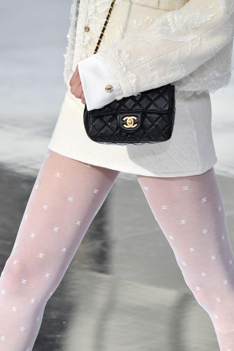 Close-up van een panty op de catwalk van Chanel in Parijs, Herfst/Winter 2020.