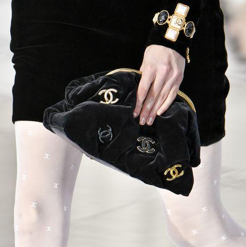 paris, france 03 mars un mannequin défile pendant le défilé de mode prêt-à-porter chanel dans le cadre de la semaine de la mode parisienne automne-hiver 2020 2021 le 03 mars 2020 à paris, france photo de victor virgilegamma rapho via Getty Images
